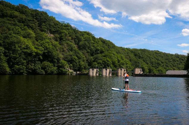 Stand-up paddle sur le lac de Nisramont